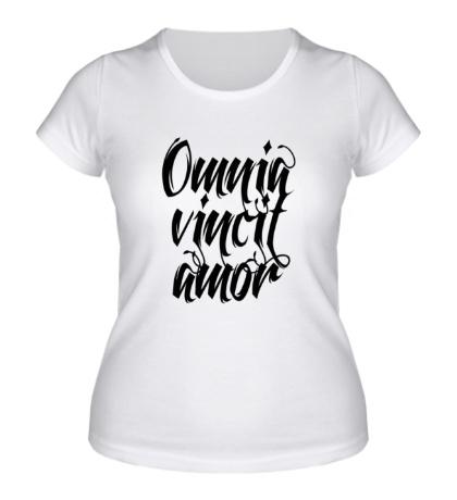 Женская футболка Любовь побеждает все