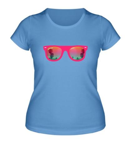 Женская футболка В очках на пляже